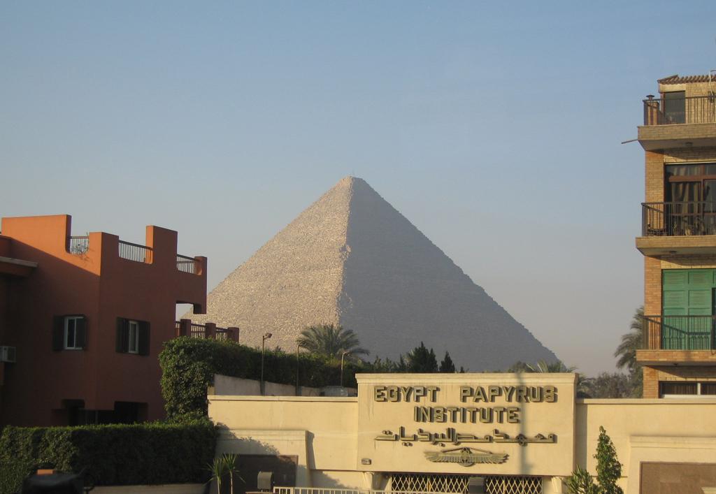 町からのピラミッド